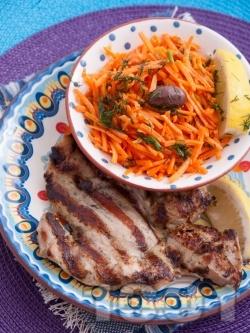 Вкусна печена пилешка пържола от бут на скара маринована в соев сос - снимка на рецептата